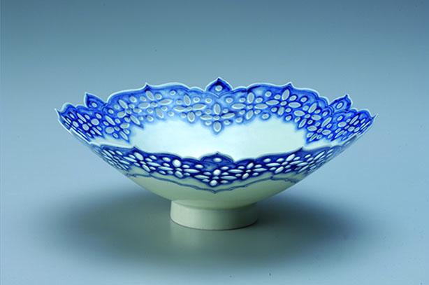 透雕青花蓮瓣薄胎碗 3